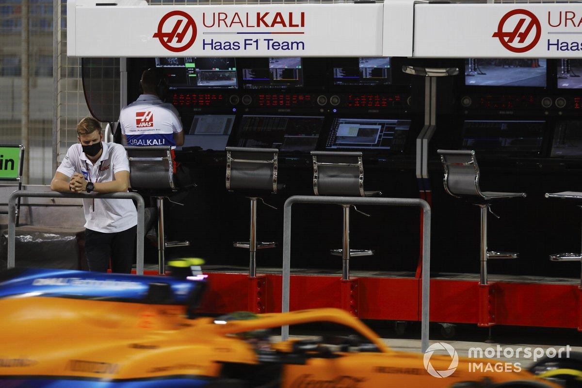 Mick Schumacher, Haas F1, mira el coche de Lando Norris, McLaren MCL35M