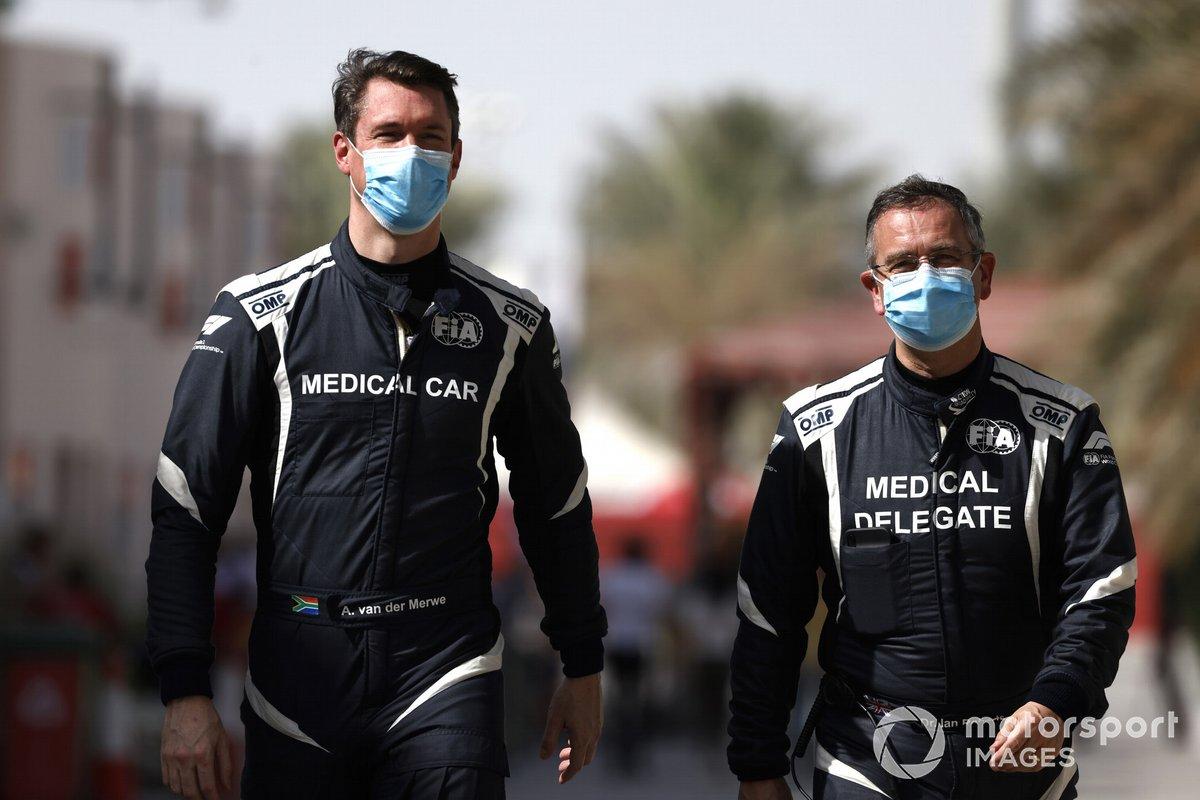 Alan van der Merwe, pilota della Medical Car, FIA, e il Dr Ian Roberts, Delegato medico, FIA