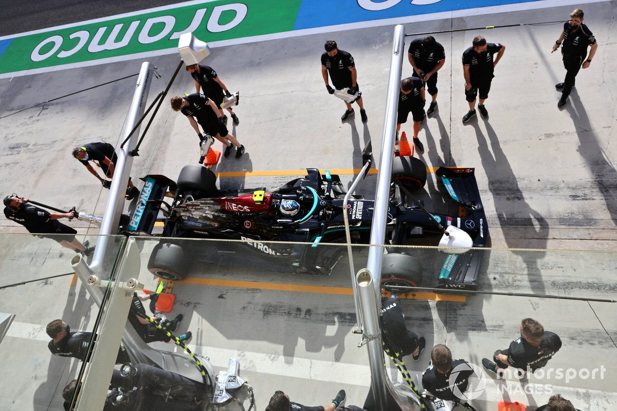 Valtteri Bottas, Mercedes W12, fa un pit stop durante le prove