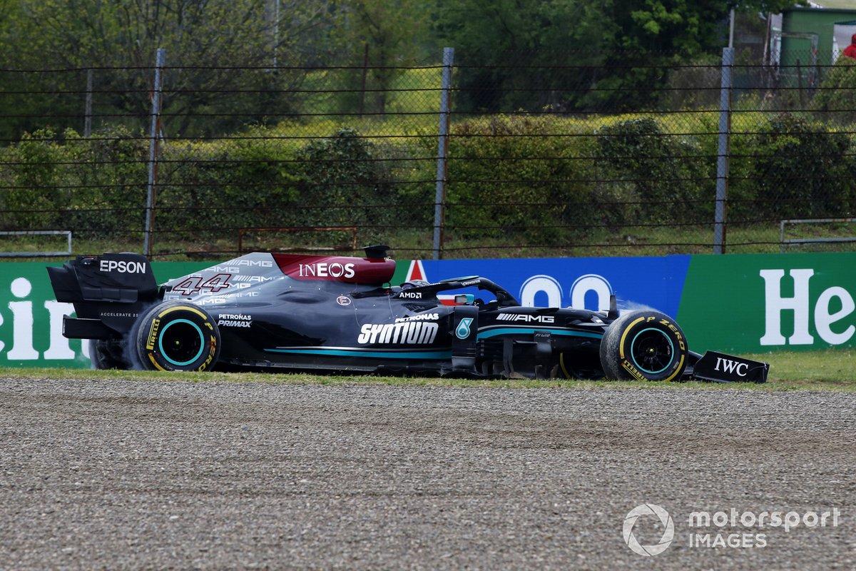 Lewis Hamilton, Mercedes W12, perde il controllo alla Tosa e finisce contro le barriere