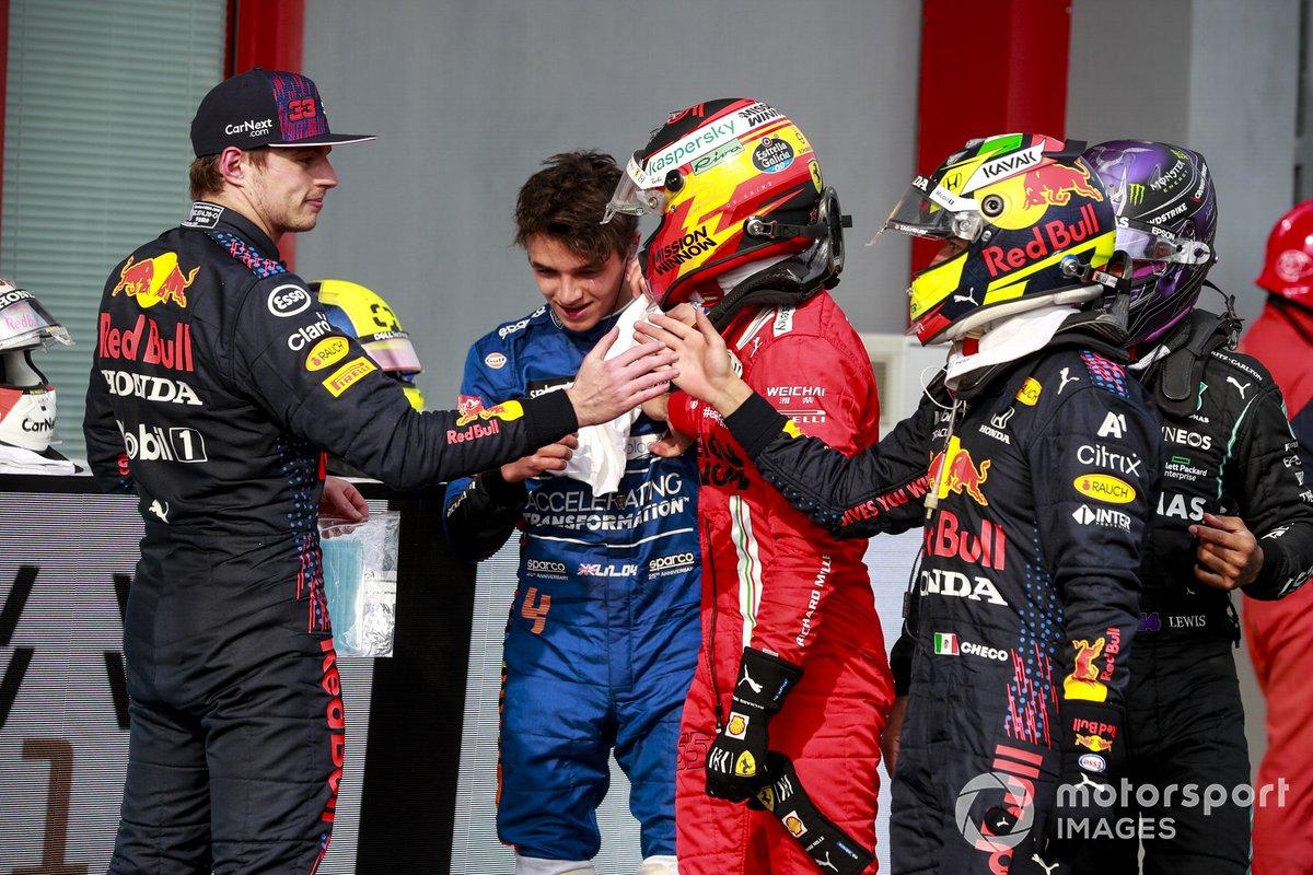 El ganador de la carrera, Max Verstappen, Red Bull Racing, es felicitado por Sergio Pérez, Red Bull Racing, en Parc Ferme
