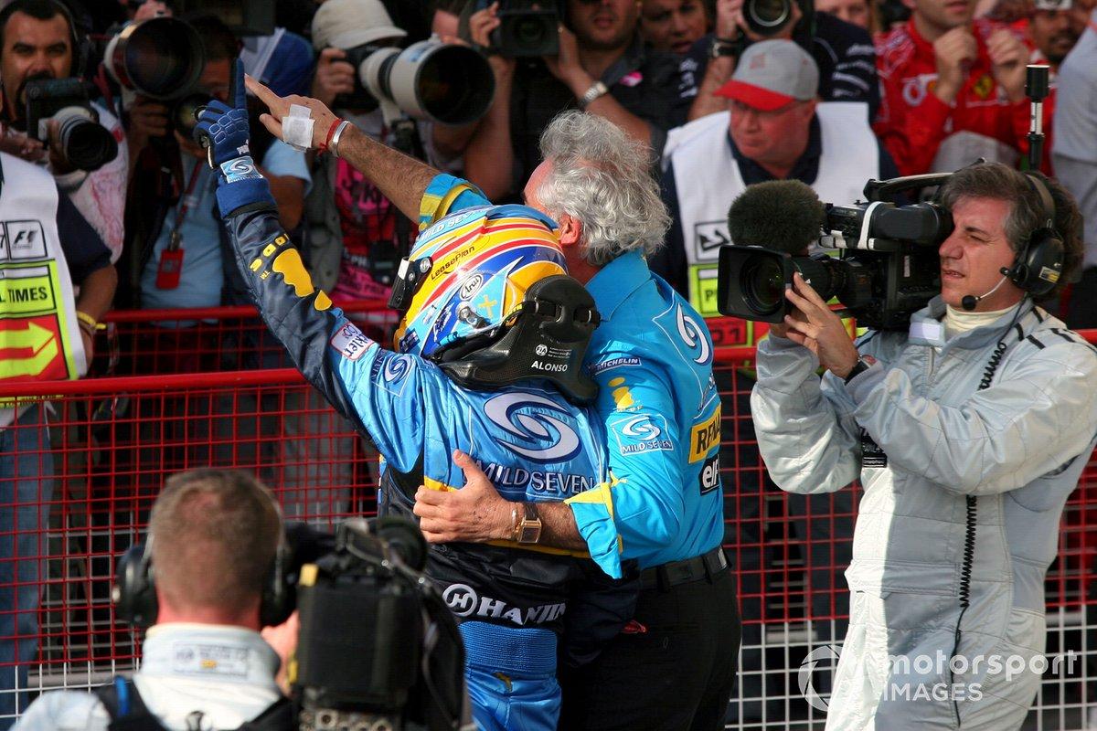 Fernando Alonso, y Flavio Briatore, director de Renault F1, celebran la victoria