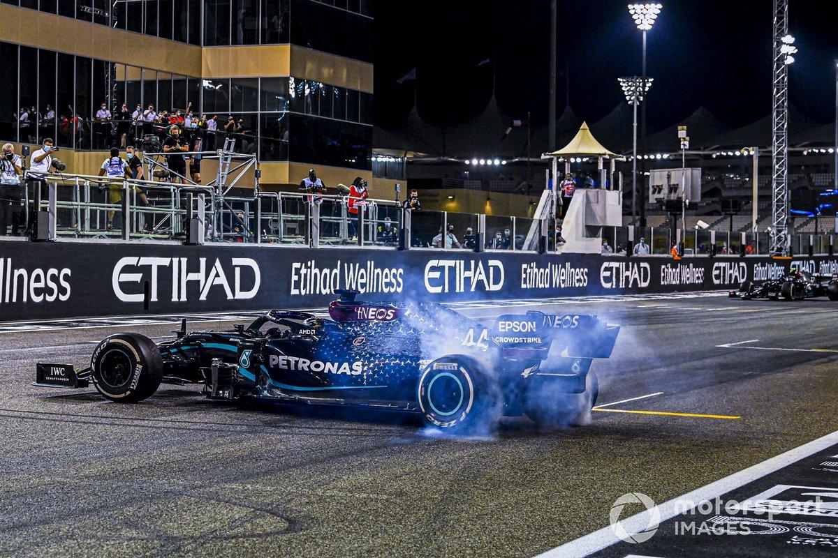 Lewis Hamilton, Mercedes F1 W11, 3ª posición, realiza donuts de celebración en la parrilla después de la carrera