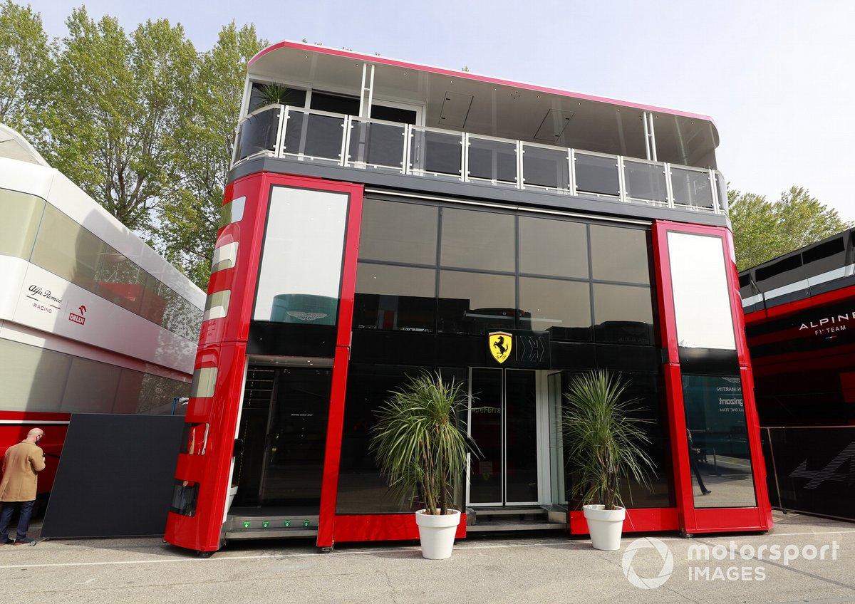 El motorhome de Ferrari en el paddock