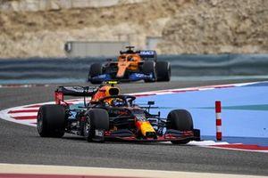 Alex Albon, Red Bull Racing RB16 and Carlos Sainz Jr., McLaren MCL35