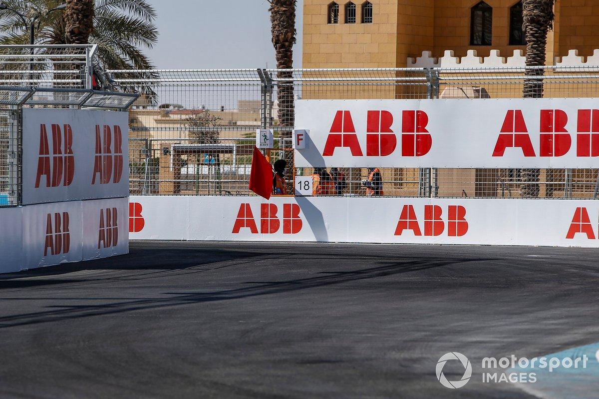 Comisarios ondeando la bandera roja en Riad