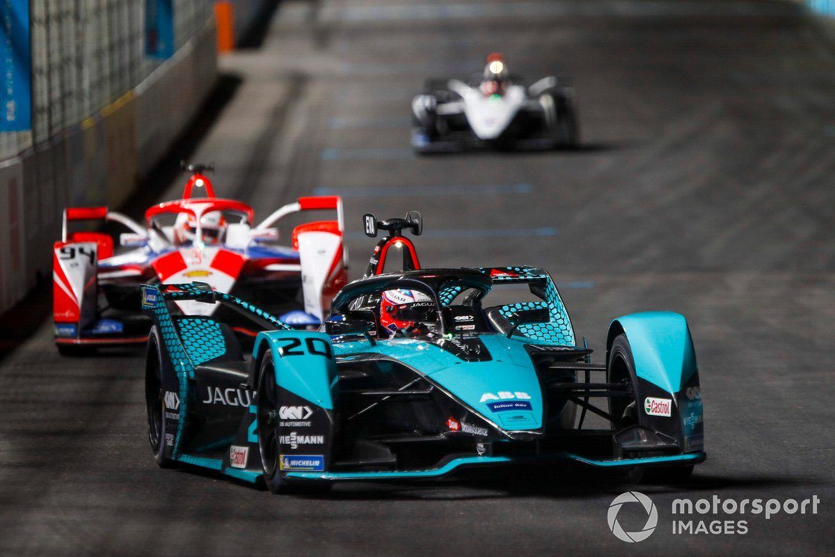 Mitch Evans, Panasonic Jaguar Racing, Jaguar I-Type 5, leads Alex Lynn, Mahindra Racing, M7Electro
