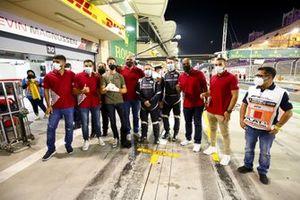 Romain Grosjean, Haas F1 se reúne con los oficiales de pista y el personal médico, incluyendo al Doctor Ian Roberts, piloto del coche médico Alan van der Merwe que lo asistió en su accidente
