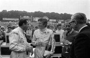 Jochen Rindt celebra el primer puesto con champán junto al segundo puesto, Jack Brabham.