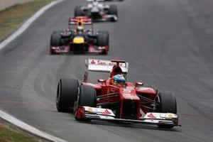Fernando Alonso, Ferrari F2012, voor Sebastian Vettel, Red Bull RB8 Renault