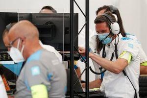 Un membro del Team BMW I Andretti Motorsports lavora nel garage