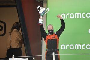 Un rappresentante della MP Motorsport solleva il trofeo dei team