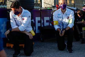 Ian James, Team Principal, Mercedes-Benz EQ s'agenouille avant le départ de la course