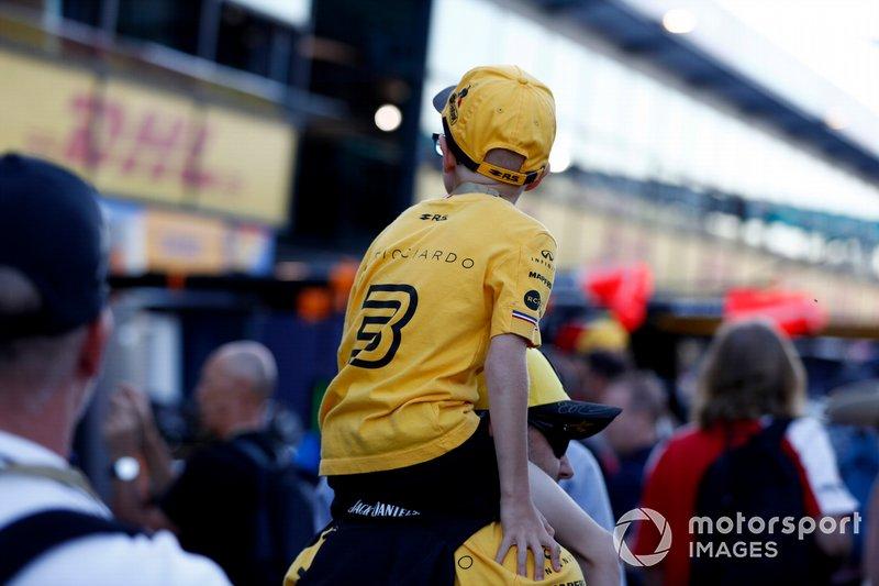 I tifosi della F1 camminano in Pit Lane