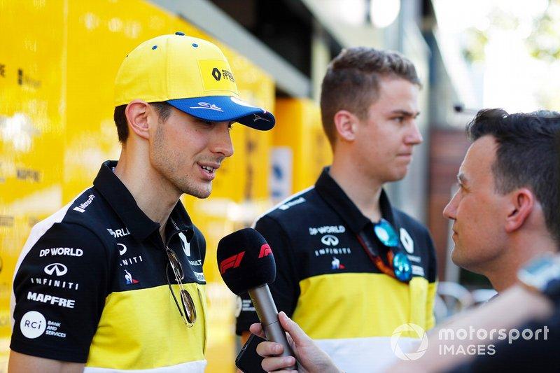 Esteban Ocon, Renault F1 Team, nel paddock