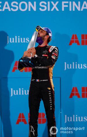 Le vainqueur Jean-Eric Vergne, DS Techeetah, embrasse son trophée sur le podium