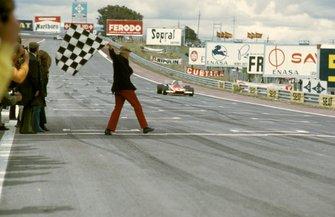 Jacky Ickx, Ferrari 312B2, toma la bandera a cuadros