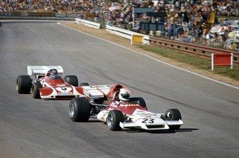 Howden Ganley, BRM P160B leads Jacky Ickx, Ferrari 312B2