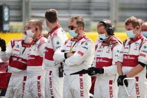 Alfa Romeo Racing mechanics on the grid