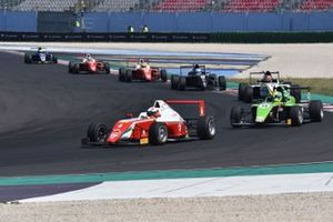 Sebastián Montoya, Prema Powerteam, davanti a, Filip-Ioan Ugran, Jenzer Motorsport, e al resto del gruppo