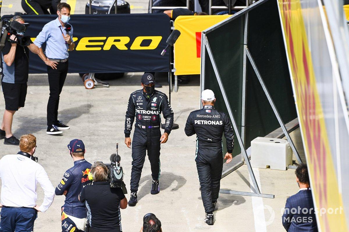 Ganador de la pole Lewis Hamilton, Mercedes-AMG F1y el segundo Valtteri Bottas, Mercedes-AMG F1, en Parc Ferme