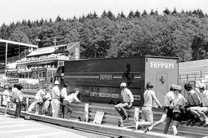 Грузовик Ferrari уезжает с трассы