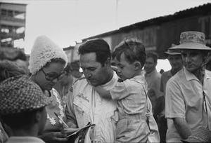 Jack Brabham parla con sua moglie Betty con suo figlio David, in braccio, GP del Sud Africa del 1970
