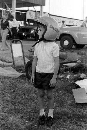 Un jeune Gary Brabham essaie le casque de son papa