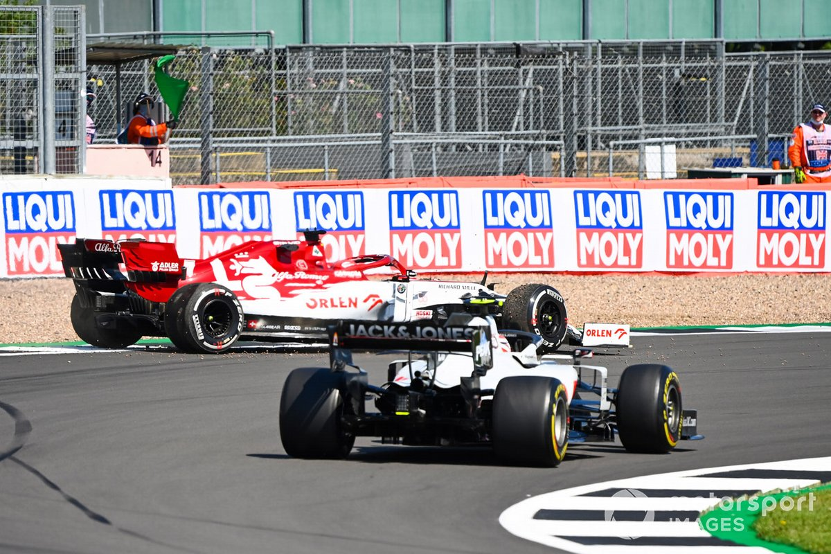 Kevin Magnussen, Haas VF-20 y Kimi Raikkonen, Alfa Romeo Racing C39