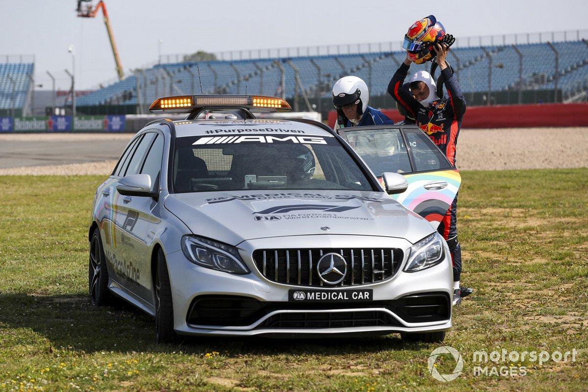 Alex Albon, Red Bull Racing RB16 entra en el coche médico después de chocar