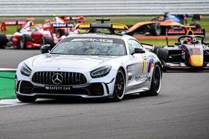 Лайам Лоусон, Hitech Grand Prix, едет за автомобилем безопасности