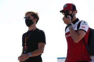 Pierre Gasly, AlphaTauri and Antonio Giovinazzi, Alfa Romeo arrive at the track