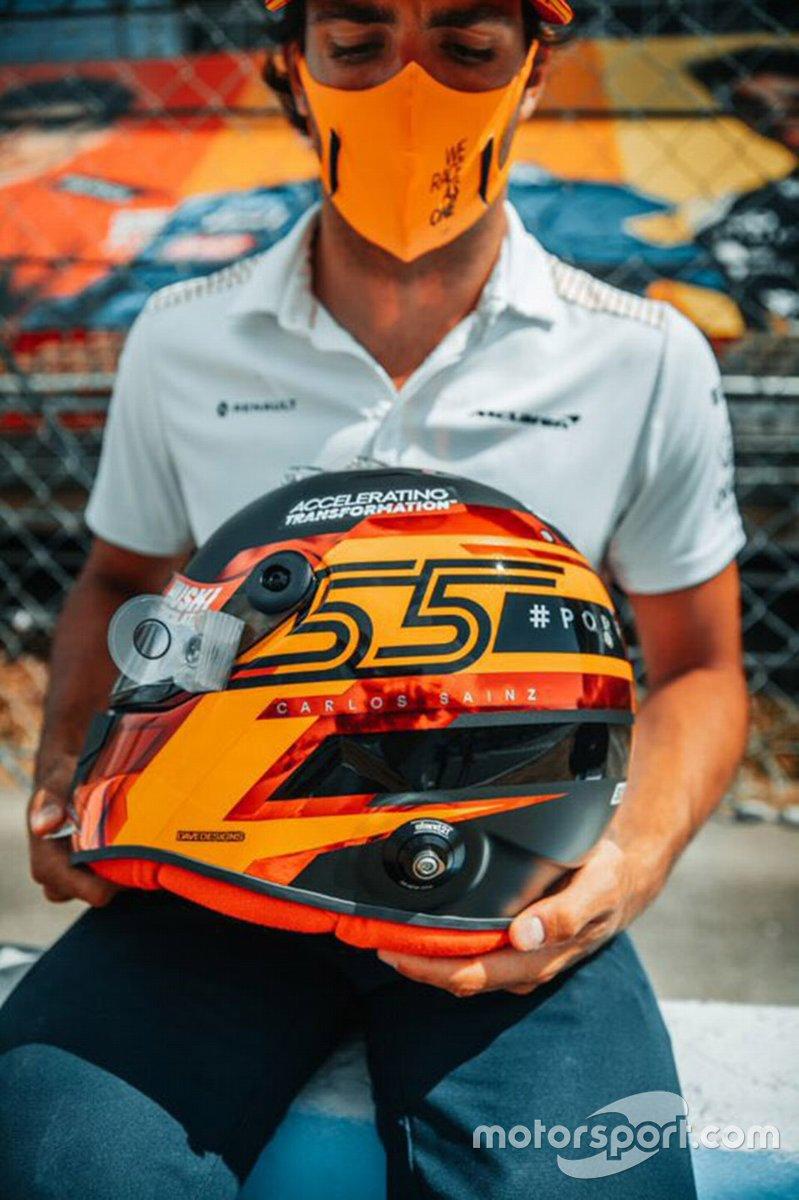 Carlos Sainz Jr, McLaren con su nuevo casco