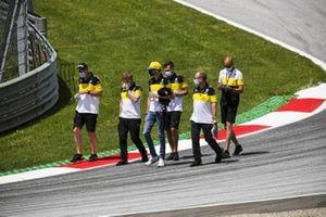 Эстебан Окон идет по «Ред Булл Рингу» вместе с сотрудниками команды Renault F1