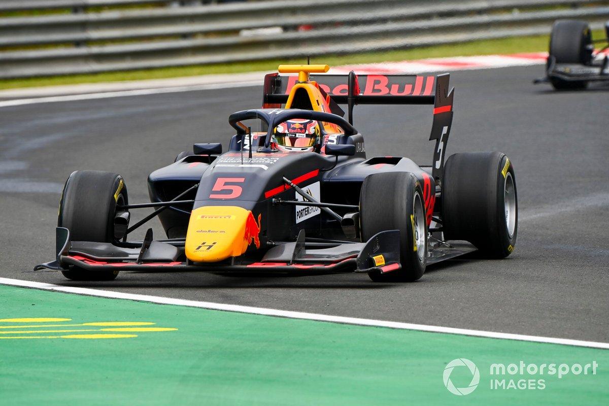 Liam Lawson, Hitech Grand Prix, precede Max Fewtrell, Hitech Grand Prix