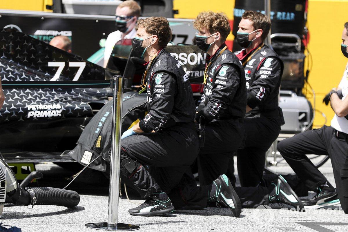 Los mecánicos del Mercedes se ponen de rodillas en la parrilla