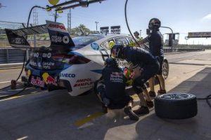 Triple Eight Race Engineering pitstop practice
