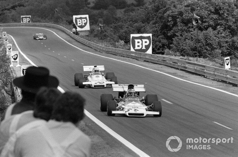 "Jean-Pierre Beltoise, BRM P160B en el coche ""T"" de repuesto lleva a Carlos Reutemann, Brabham BT37 Ford"