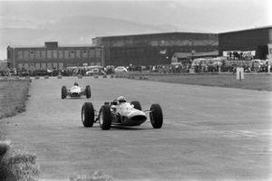 Джон Сертиз, Ferrari 158, и Дэн Герни, Brabham BT7 Climax