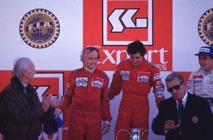 Podium: 1. Alain Prost, 2. und Weltmeister Niki Lauda, 3. Ayrton Senna, mit Jean-Marie Balestre