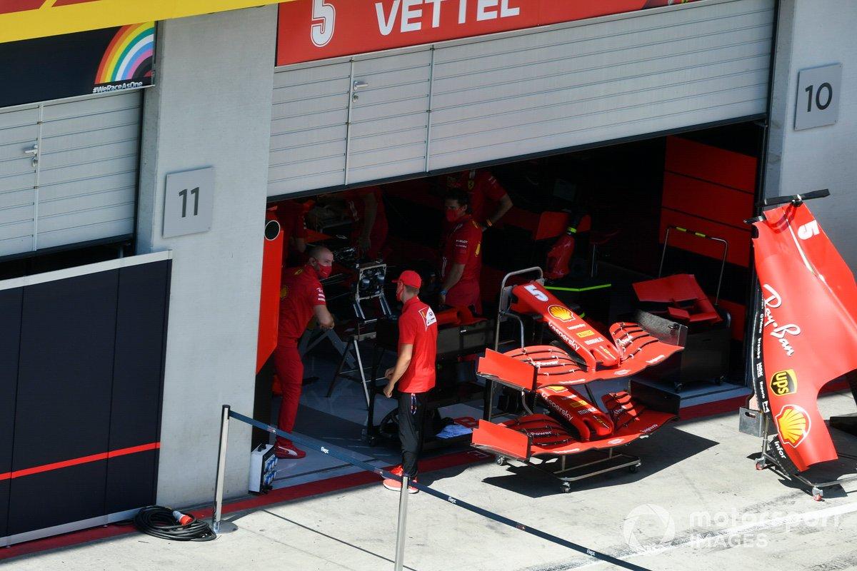 Mick Schumacher, Prema Racing con un mecánico de Ferrari mira el Ferrari SF1000