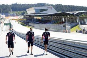 Lance Stroll, Racing Point cammina in pista con gli ingegneri