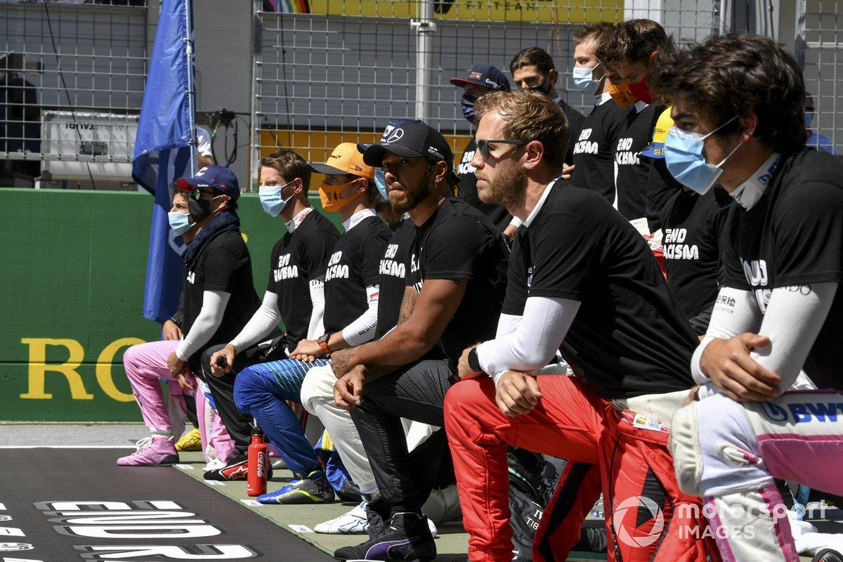 Rijders knielen op de grid