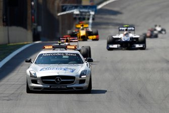 La Safety Car precede Sebastian Vettel, Red Bull Racing RB6 Renault, Nico Hulkenberg, Williams FW32 Cosworth, Robert Kubica, Renault R30, GP del Brasile del 2010
