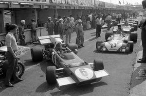 Arturo Merzario, Ferrari 312B2 ahead of Andrea de Adamich, Surtees TS9B Ford