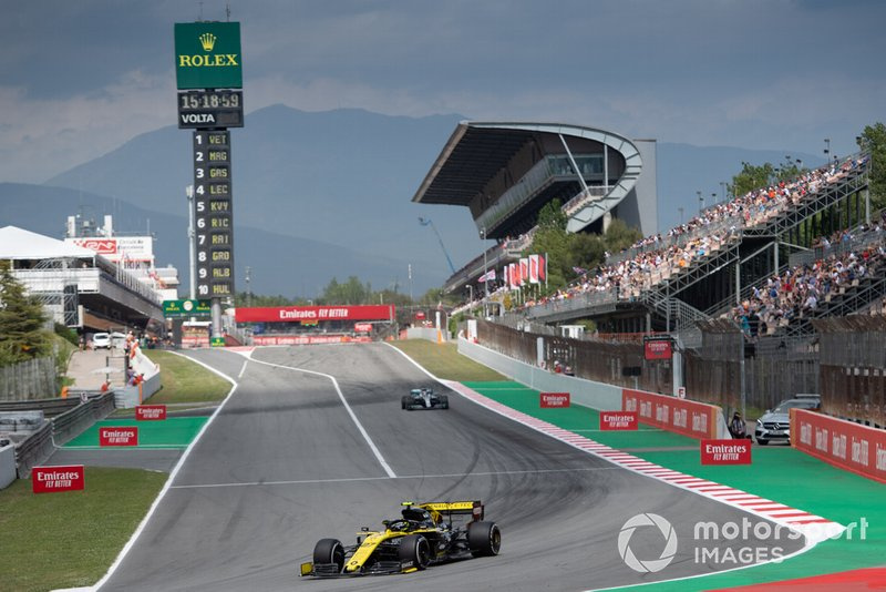 Nico Hulkenberg, Renault R.S. 19, leads Lewis Hamilton, Mercedes AMG F1 W10