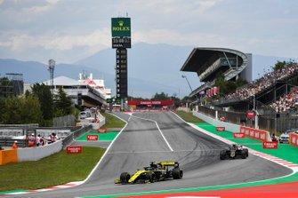 Daniel Ricciardo, Renault R.S.19, devant Kevin Magnussen, Haas F1 Team VF-19