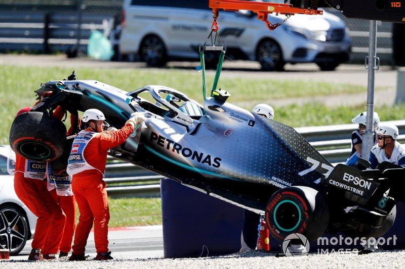 Coche de Valtteri Bottas, Mercedes AMG W10 es removido después de chocar