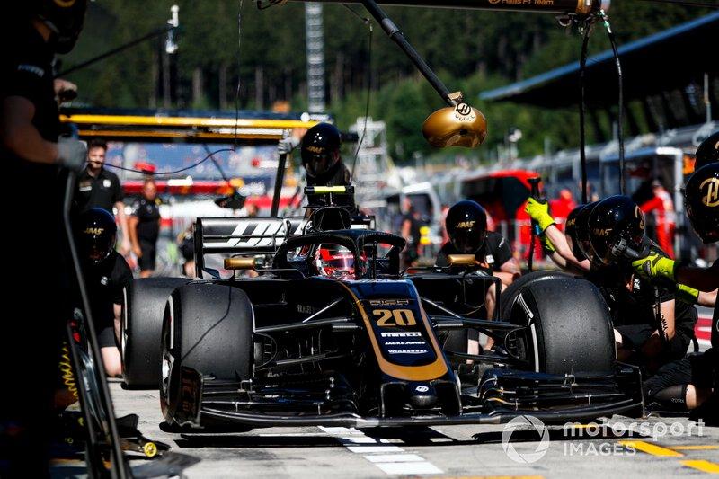 Kevin Magnussen, Haas F1 Team VF-19, ai box durante le prove libere