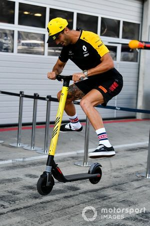 Daniel Ricciardo, Renault F1 Team, joue sur une trottinette